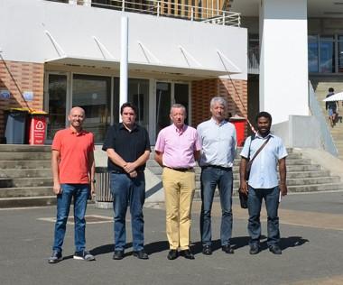 Alain Marc (au centre) et les représentants de l'UNC devant le futur pôle scientifique et d'innovation pédagogique.