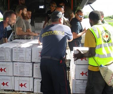 """La bonne coordination entre l'unité de la DSCGR et l'équipage du Casa a permis de """"projeter"""" une équipe d'évaluation et de procéder à plusieurs livraisons de fret humanitaire sur Pentecôte, malgré des délais restreints."""
