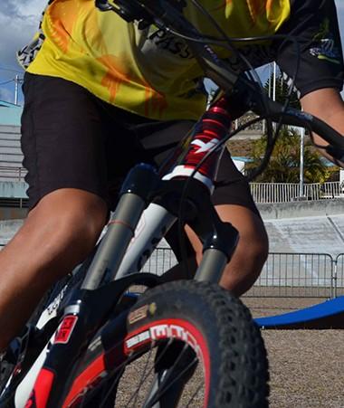 Le circuit de pump track est installé dans l'enceinte du vélodrome de Magenta, derrière le stade Numa Daly.