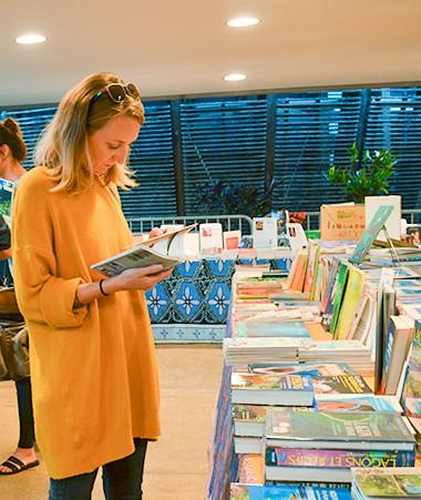 Tout au long du salon, un espace librairie présente l'ensemble de la production littéraire calédonienne.