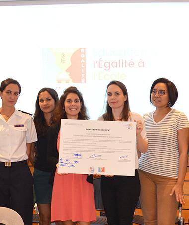 Isabelle Champmoreau, Christopher Gygès, Érick Roser et les représentantes de « Elles des lagons » ont signé une charte d'engagement afin « d'Agir ensemble pour promouvoir l'égalité entre les femmes et les hommes dans le secteur maritime ».