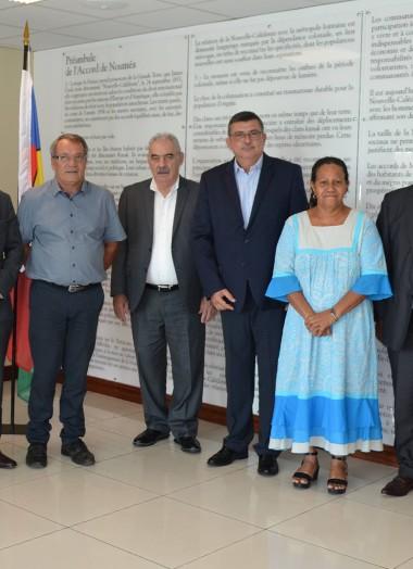 Représentants de l'ONU et membres du gouvernement collégial devant le Préambule de l'Accord de Nouméa.
