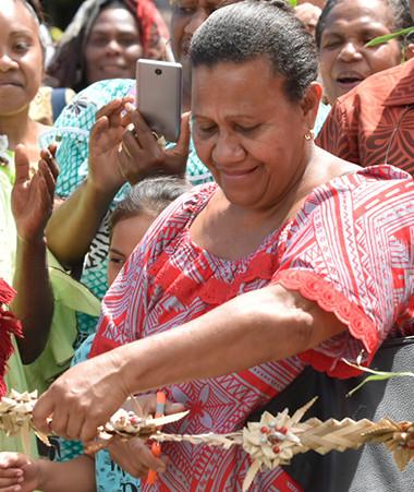 Valentine Eurisouké, membre du gouvernement, a participé au couper de ruban lors de l'inauguration de la Maison de la femme et citoyenne à Ponérihouen.