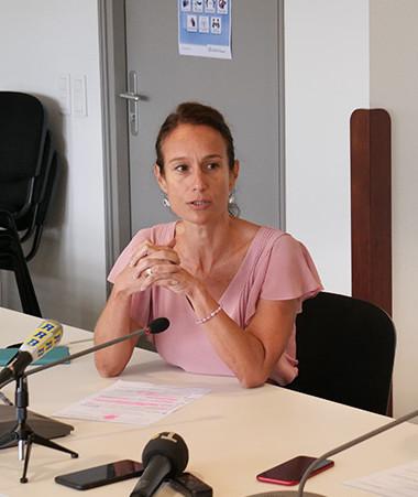 Isabelle Champmoreau, membre du gouvernement en charge de l'enseignement, a présenté la nouvelle réforme de l'enseignement primaire aux côtés de Christopher Gyges, porte-parole du gouvernement.