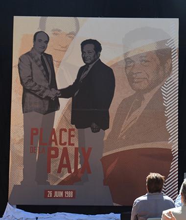 Sonia Lagarde, Isabelle Lafleur, Marie-Claude Tjibaou et Sébastien Lecornu ont dévoilé la future statue qui ornera la place de la Paix.