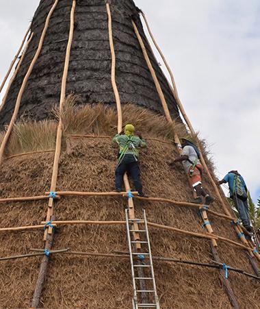 Le chantier de la grande case du Sud du centre culturel Tjibaou a duré près d'un mois.