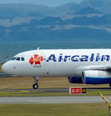 La suspension des programmes d'exploitation des services aériens réguliers internationaux au départ et à destination de la Nouvelle-Calédonie, prévue initialement jusqu'au 31 juillet, puis au 24 octobre, est prolongée jusqu'au 27 mars 2021.