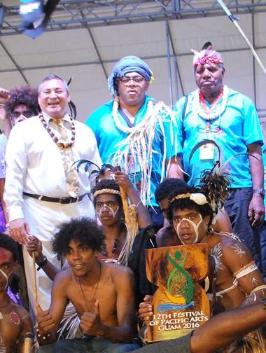 Une partie de la délégation calédonienne avec le gouverneur de Guam, Eddie Calvo. (© John Gope)