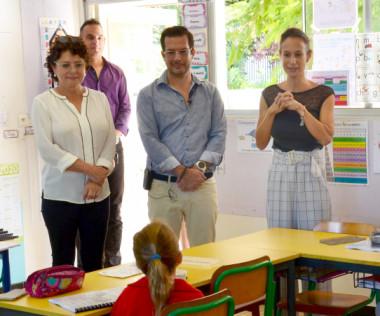 Isabelle Champmoreau au groupe scolaire de Boulari avec deux élus de la province Sud : Gil Brial, deuxième vice-président et Marie-Jo Barbier, présidente de la commission de l'enseignement.