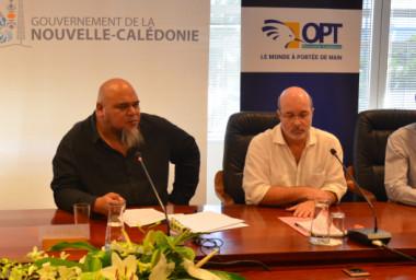 Vaimu'a Muliava entouré des directeurs du pôle innovation de  l'Adecal Technopole, Christophe Carbou, de l'OPT-NC, Philippe Gervolino, et de la BCI, Frédéric Reynaud, et Bruno Ferrandis, de la cellule Éconum du gouvernement.