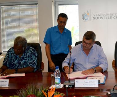 Philippe Germain a signé les protocoles avec les représentants de l'Asee, Dominique Lawi, et de la Felp, Raymond Nenou, en présence d'Hélène Iékawé, membre du gouvernement en charge de l'enseignement.