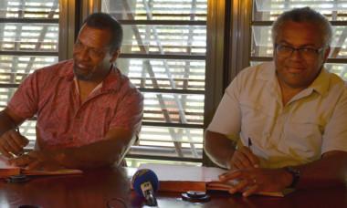 Didier Poidyaliwane, chargé au gouvernement de la protection de la jeunesse et de l'enfance et des affaires coutumières, et Emmanuel Tjibaou, directeur de l'ADCK, ont signé les conventions.