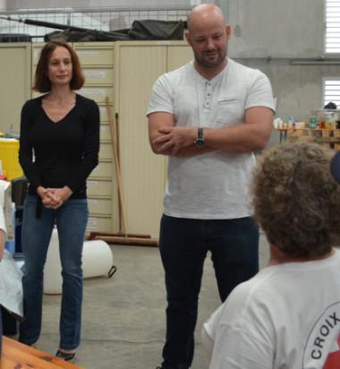 Isabelle Champmoreau et Christopher Gygès ont échangé avec la présidente et des bénévoles de la Croix-Rouge.
