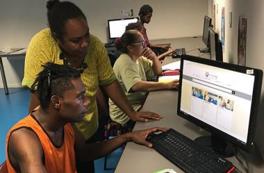 Muné, l'animatrice de la case numérique de Kaméré, avec Jean-Louis, un jeune décidé à créer une ferme à Lifou.
