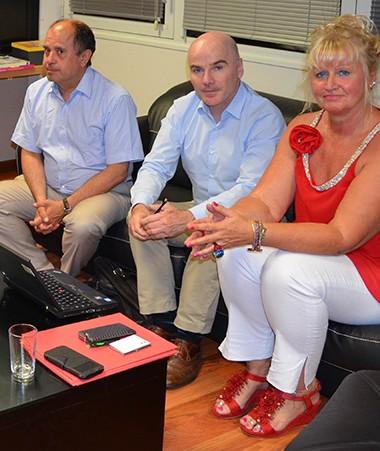 Isabelle Champmoreau et Christiane Tetu-Wolff s'entretenant avec les membres de la mission de l'IGJ.