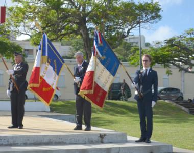 Le drapeau de la Résistance française (2e à d.) brodé au nom de la Nouvelle-Calédonie a été déployé pour la première fois ce vendredi 8 mai.