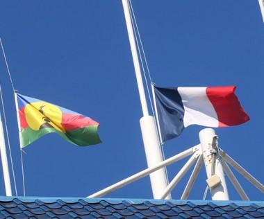 En signe de deuil, les drapeaux du gouvernement ont été mis en berne.