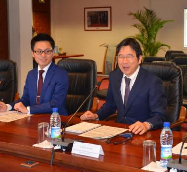 Kunihiko Kawazu, directeur général adjoint de l'Europe du Ministère des affaires étrangères japonais, entouré de Vincent Astoux, conseiller à l'Ambassade de France à Tokyo et de Tadayoshi Nakachi, 2e secrétaire à l'Ambassade du Japon à Paris.