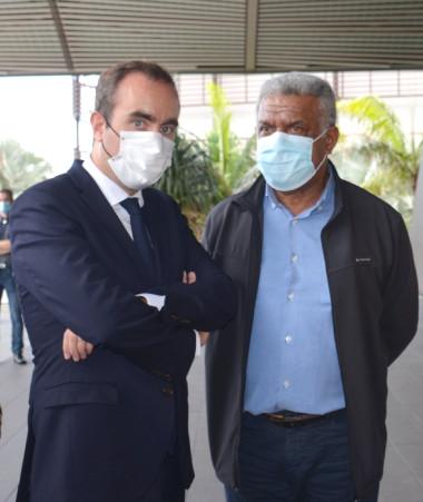 Au Médipôle, Sébastien Lecornu était notamment entouré du haut-commissaire Patrice Faure, du président du gouvernement, Louis Mapou, et du président du Congrès, Roch Wamytan.