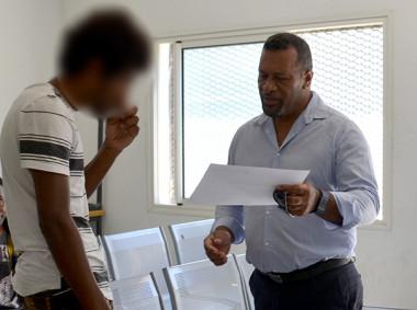 Les détenus ont reçu leur attestation des mains de Didier Poidyaliwane, de représentants du gouvernement et de la formatrice Gladys Gnibekan (à d.).