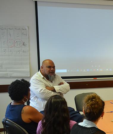 Le membre du gouvernement Vaimu'a Muliava lors d'un atelier sur les pratiques managériales pour des agents des Ressources humaines de la Nouvelle-Calédonie.