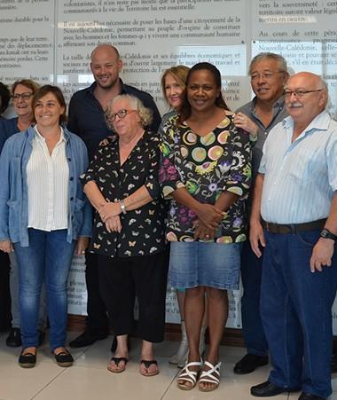 Le Conseil calédonien de la famille comprend dix-sept membres issus des institutions et des associations du secteur. Le gouvernement y est également représenté par Hélène Iékawé.