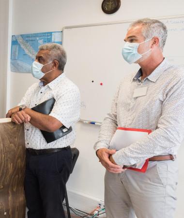 Louis Mapou et Joseph Manauté ont visité le MRCC le 19 octobre, guidé notamment par Renaud Bondil, commandant de la zone maritime de Nouvelle-Calédonie (© FANC). .