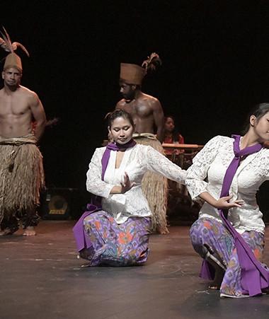 Les troupes Nedokwé et Nedo Pumuru se sont associées à celle de l'Association des Indonésiens de Nouvelle-Calédonie pour proposer une chorégraphie fusion alliant tradition et modernité (©Éric Dell'Erba).