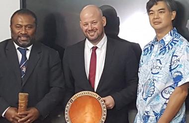 Christopher Gygès aux côtés du ministre de la santé fidjien (à gauche) et de l'ambassadeur de France à Suva (à droite).