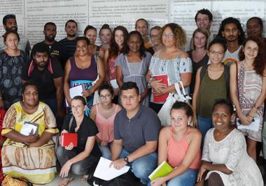 Photo de groupe devant le Préambule de l'Accord de Nouméa autour de Hélène Iékawé.