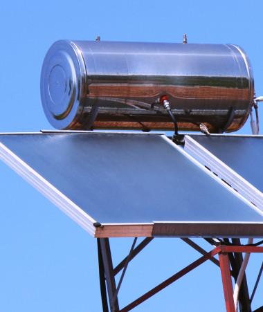 Seulement un tiers des foyers calédoniens est équipé en chauffe-eau solaire. Le programme Calsol entend rendre l'énergie solaire thermique accessible au plus grand nombre.