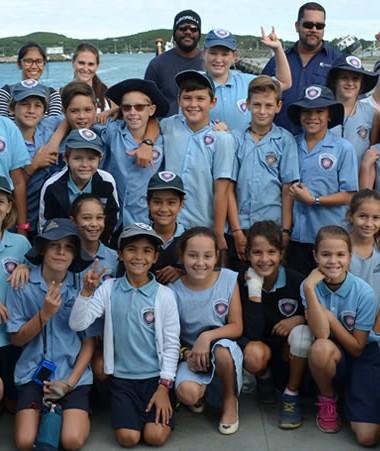 Les 32 élèves des deux classes de CM2 de l'école James Cook aux côtés de l'équipage de l'Amborella.