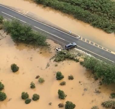 Les inondations n'ont pas épargné la côte ouest, ici la RT1 à la Ouenghi, au niveau des Paillottes.