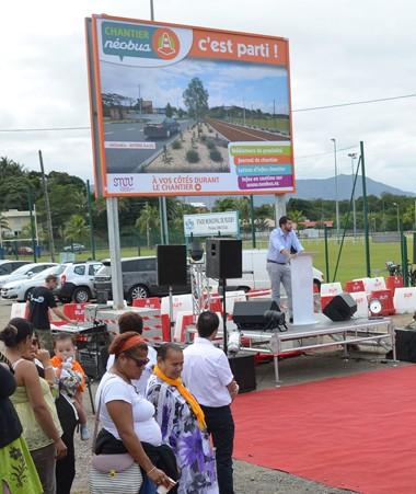 Un panneau « Chantier Néobus, c'est parti ! » a été dévoilé à l'entrée de Rivière-Salée où ont débuté les travaux.