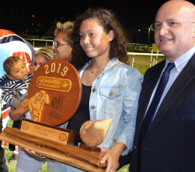 Yoann Lecourieux a remis le Prix du gouvernement à l'entraîneur Rudy Devillers et au jockey Julien Magnez.