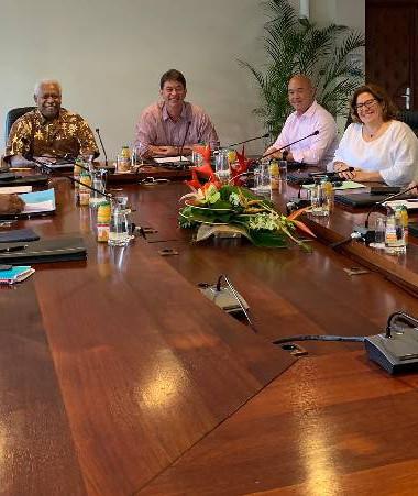 Autour de Thierry Santa, le président du Congrès Roch Wamytan, la présidente de la province Sud Sonia Backès, le 3e vice-président de la province Nord Victor Tutugoro, le président de la province des Îles Jacques Lalié, et les directeurs de cabinet de cha