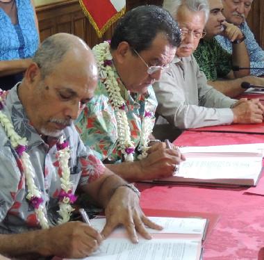 Gibert Tyuienon, vice-président du gouvernement de la Nouvelle-Calédonie, et Édouard Fritch, président de la Polynésie française, ont signé un protocole d'entente entre les deux territoires.