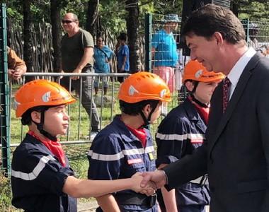Le président du gouvernement Thierry Santa saluant les jeunes sapeurs-pompiers à l'occasion du défilé militaire du 14-juillet.