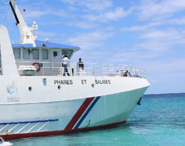 Les 24 représentants des membres du conseil de l'AISM ont eu l'occasion de visiter le baliseur de la Nouvelle-Calédonie, le Louis Hénin, ici au large du phare Amédée.