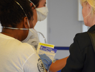 Les fiches sanitaires renseignées par les passagers à leur arrivée à La Tontouta sont analysées par une équipe en charge des contrôles sanitaires aux frontières.