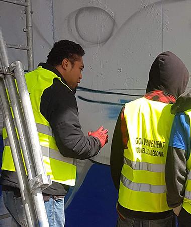 Dans le cadre d'un chantier éducatif, une baleine a été peinte sous l'échangeur de Koutio par des graffeurs professionnels, assistés par des jeunes de la DPJEJ.