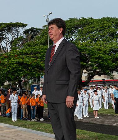 Le président du gouvernement Thierry Santa a déposé une gerbe au monument aux morts à l'occasion de la cérémonie du 8-Mai (© Province Sud).