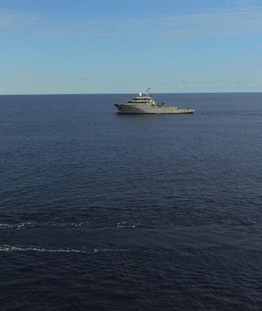 Le D'Entrecasteaux et des bateaux de pêche étaient engagés dans l'exercice de surveillance du Parc naturel de la mer de Corail, ainsi que l'Amborella, le navire multi-missions du gouvernement.