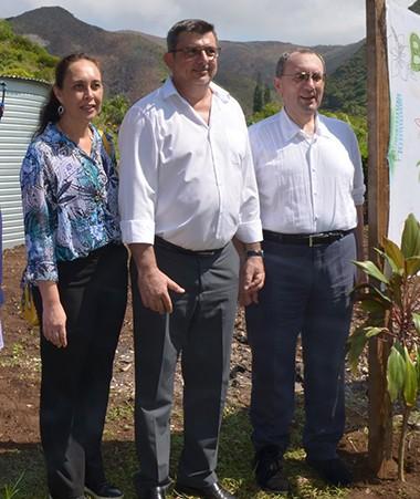 Philippe Germain entouré de Stefano Manservisi (à droite), directeur général de la DEVCO et de Tea Frogier (à gauche), ministre polynésienne du travail, aux côtés des représentants de la province Sud et des coutumiers.