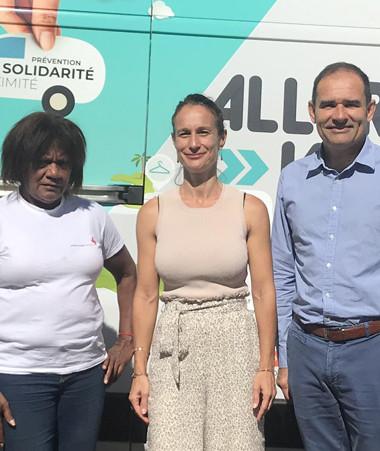 Isabelle Champmoreau, lors du lancement du dispositif « Aller vers » à Boulouparis, aux côtés notamment du maire de la commune, Pascal Vittori, de la Croix-Rouge et des associations partenaires.
