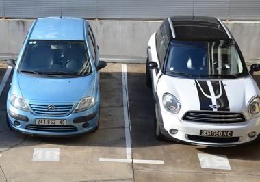 De ces trois véhicules, seul celui du milieu présente une plaque avant conforme à la nouvelle réglementation.