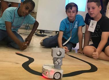 L'un des défis consistait à programmer le robot pour qu'il suive cette ligne noire.