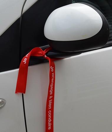 Les voitures de la collectivité vont elles aussi arborer un ruban rouge « je m'engage à bien conduire » qui sera notamment distribué à l'occasion de la tournée du Sécuribus.