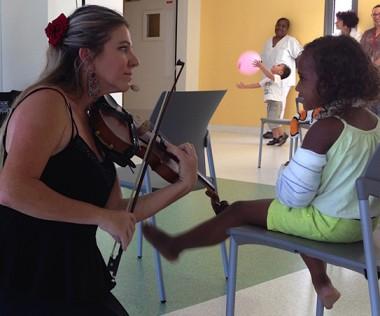 """Vendredi 6 octobre, le niveau 1 de la """"colonne culturelle"""" a accueilli Nivane et ses violons tziganes."""