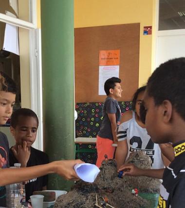 Pour la journée Récréasciences à Népoui, des élèves ont fabriqué une maquette du volcan Yasur qui entre en éruption.
